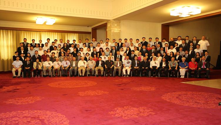 """""""最美夕阳红·全国养老产业文化惠民公益工程""""活动启动仪式暨新闻发布会在北京人民大会堂举行。旨在以实际行动探索实现""""老有所养、老有所医、老有所为、老有所学、老有所乐""""的愿景目标。"""