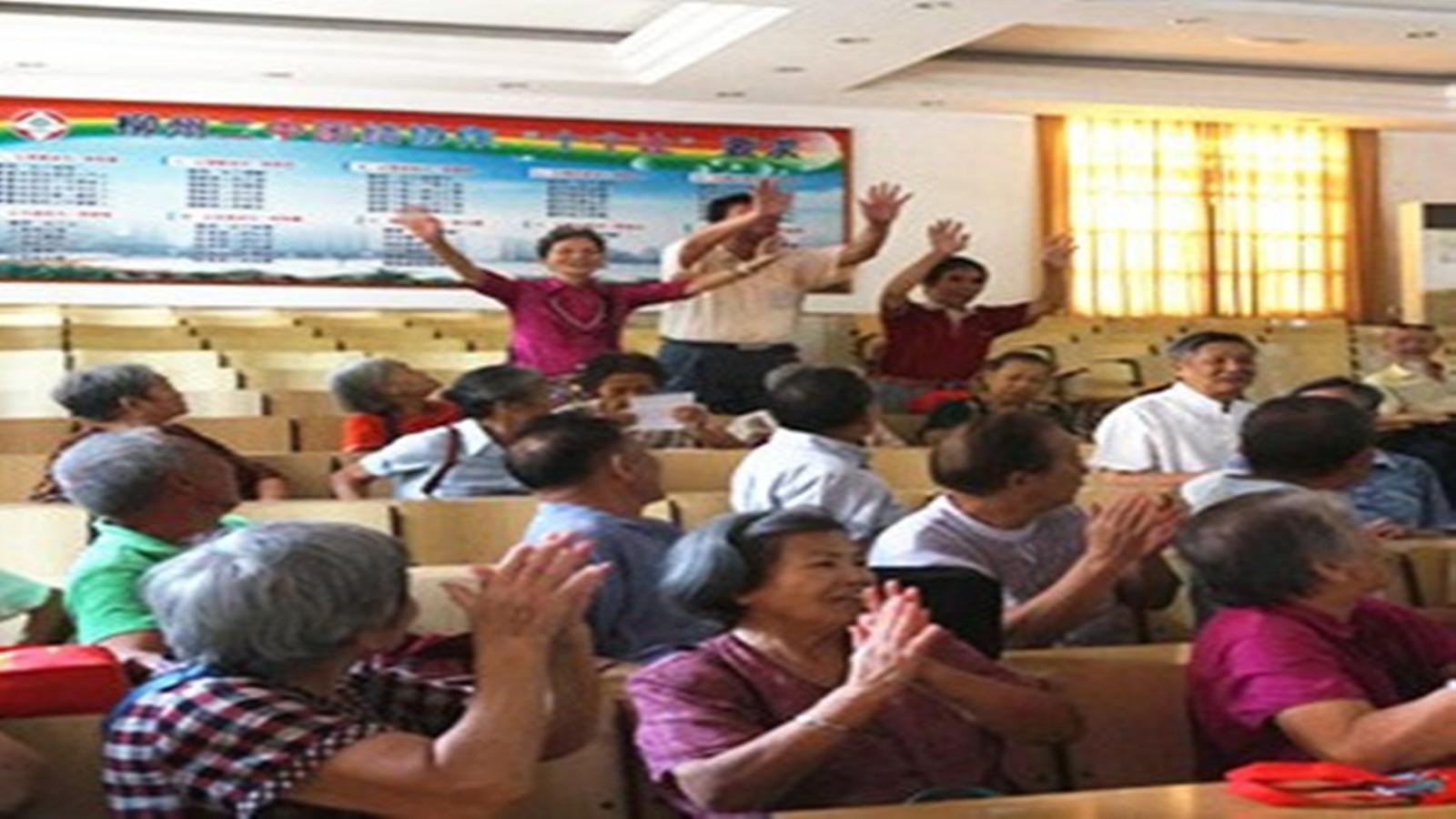 柳州二中搬迁引集体怀旧 古稀老人重回校园致青春