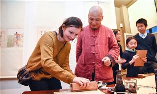 """中国非遗""""木板水印""""走进法国切努斯基博物馆"""