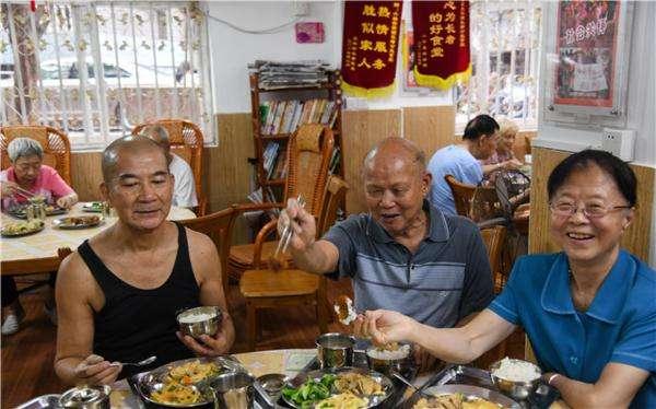 """老人饭堂的""""双重味道""""——广州怎样破解居家养老难题"""