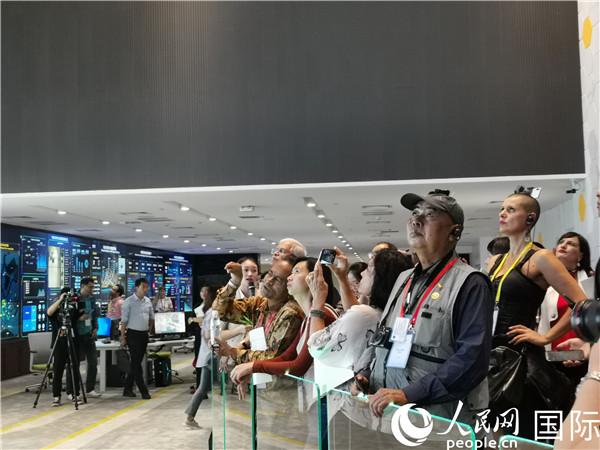 外国媒体人走进天津体验智慧科技