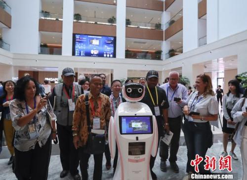 外国记者走进天津 探访智慧城市建设